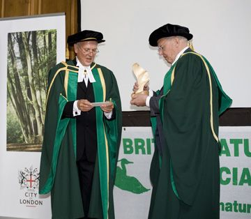 Sir David Attenborough receiving PScottMem Award from RT 2007 LA ei.jpg